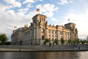 Das Foto zeigt das Plenargebäude des Deutschen Bundestages von Nordosten.