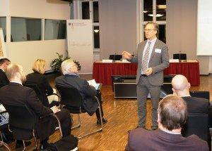 Der UNESCO-Experte Dr. Riel Miller spricht zu Veranstaltungsteilnehmern an der BAKS.