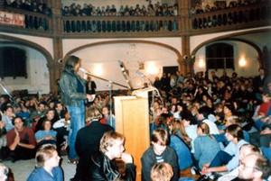 Man sieht das Innere der Getsemane-Kirche in Berlin-Prenzlauer Berg. Es ist Oktober 1989 und 4000 Menschen versammeln sich dort zum stillen Protest gegen die DDR-Machthaber.