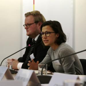 Hannah Neumann und Carsten Kalla stellen das Ergebnis der letztzen Klausurtagung vor.