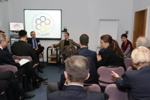 Die Teilnehmer stellen den Experten Fragen.