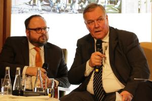 Der ehemalige Verteidigungsminister Volker Rühle spricht im zweiten Panel.