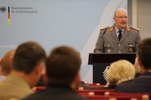 Generalleutnant Pfeffer spricht auf dem Podium.