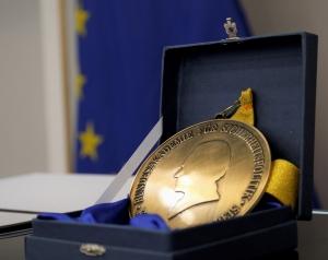 Das Foto zeigt die Medaille, welche den Karl-Carstens-Preis symbolisch repräsentiert.