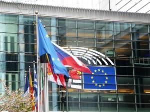 Die Fahnen der EU-Mitgliedsstaaten wehen vor einem Gebäude des Europäischen Parlaments in Brüssel.