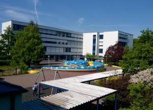Ein Schulgebäude mit Schulhof