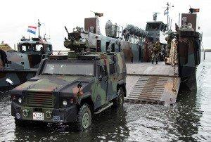Ein deutsches Militärfahrzeug verlässt über eine Rampe am Bug ein niederländisches Landungsboot.