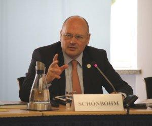 BSI-Präsident Arne Schönbohm hält einen Vortrag.