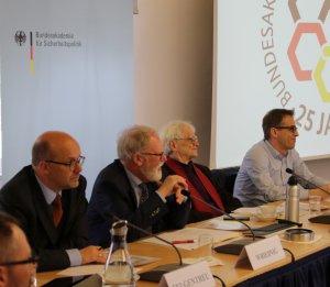 Von links nach rechts sitzen an einem Tisch mit Mikrofonen Dr. Fritz Felgentreu, MdB (SPD), Thomas Wrießnig, Vizepräsident der BAKS, Hans-Christian Ströbele, MdB (Bündnis 90/Die Grünen) und Stefan Liebich, MdB (Die Linke).