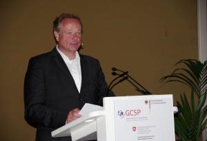 Bundesminister a.D. Dirk Niebel steht an einem Rednerpult und spricht.