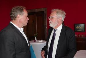 Links im Bild steht Bundesminister a.D. Dirk Niebel und spricht mit BAKS-Vizepräsident Thomas Wrießnig, der rechts im Bild steht.