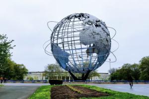 """Das Foto zeigt die 36m große Globus-Plastik """"Unisphere"""", welche das offizielle Motto der Weltausstellung 1964/65: """"Peace Through Understanding"""" verkörpern soll."""