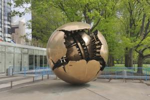 """Das Foto zeigt die kugelförmige Plastik """"Sfera con Sfera"""" (""""Sphere Within Sphere"""") des italienischen Künstlers Arnaldo Pomodoro."""