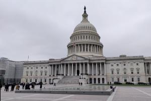 Das Foto zeigt die vordere Fassade des Capitols in Washington, DC.