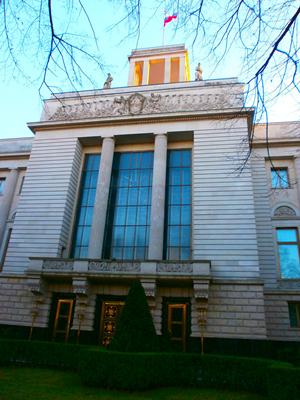 Das Foto zeigt den zentralen Eingang und darüberliegenden Turm der Botschaft Russlands in Berlin.
