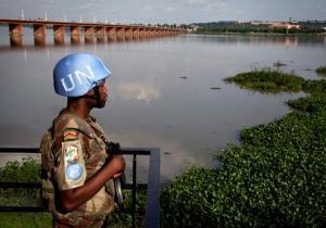 UN-Soldat steht vor einem Fluss in Mali