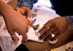 Das Bild zeigt eine malische Frau bei der Wahl.