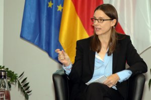 Die Staatssekretärin im BMVg Dr. Katrin Suder spricht beim 3. BAKS-Medientag zu den anwesenden Pressevertretern.
