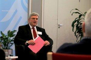 Dirk Roland Haupt spricht beim 3. BAKS-Medientag zu den anwesenden Pressevertretern.