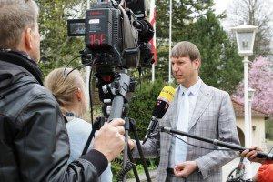 Prof. Dr. Dirk Helbing steht vor dem Gebäude der BAKS und gibt Fernsehjournalisten ein Interview; links im Bild stehen Kamera, Kameramann und eine fragende Reporterin, und von rechts außerhalb des Bildes hält ein Tonmann ein Mikrofon vor ihm hin.