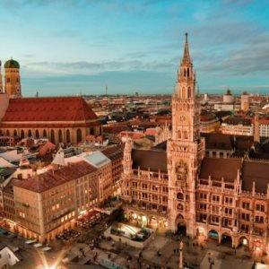 Skyline von München: im Vordergrund der Rathausplatz und das Neue Rathaus, im Hintergrund die Frauenkirche