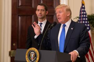US-Präsident Trump steht an einem Rednerpult.