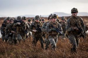 Soldaten laufen durch die Heide.
