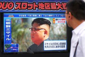 Ein Mann betrachtet ein Fernsehbild, das den Staatschef Nordkoreas Kim Jong-un zeigt.