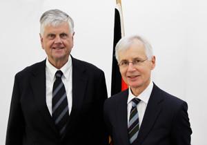 """RCDS-""""Commandant"""" Botschafter Sir Tom Philips (rechts) und BAKS-Präsident Botschafter Dr. Hans-Dieter Heumann"""