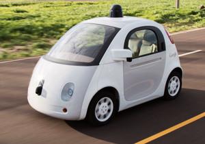Ein zweisitziges Auto ohne Fahrer in Bewegung auf der Straße