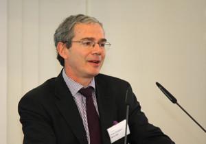 Professor Jean-Jacques Roche, Leiter der Ausbildung, Studien und Forschung des IHEDN, am Pult im Historischen Saal der BAKS