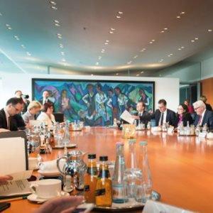 Die Mitglieder des Bundeskabinetts am Sitzungstisch.
