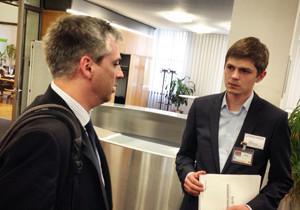 Ein Student im Gespräch mit Torge Matthiesen aus dem Bundesministerium für wirtschaftliche Zusammenarbeit und Entwicklung