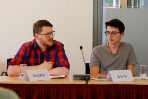 Studienassessor Markus Maurer sitzt gemeinsam mit einem Kollege an einem Tisch und spricht in ein Mikrofon.