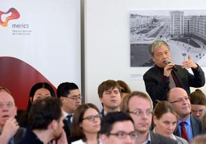 Ein Veranstaltungsgast stellt aus dem Publikum heraus eine Frage.