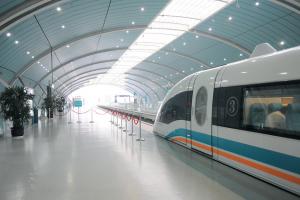 Ein Zug steht im Bahnhof.