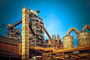 Eine Industrieanlage, darüber blauer Himmel.