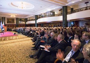 """Festsaal im Berliner Hotel \""""Adlon\"""" während der Konferenz der Deutschen Atlantischen Gesellschaft"""