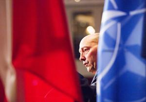 Zwischen zwei Flaggen ist Admiral a.D. James G. Stavridis während eines Vortrags zu erkennen