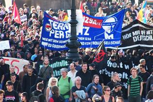 """Großaufnahme eines Demonstrationszugs """"Freiheit statt Angst"""" mit Transparten vor der Berliner Humboldt-Universität im September 2007"""