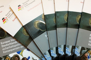 """Ansicht von mehreren Konferenzbänden """"Deutsches Forum Sicherheitspolitik 2014"""""""