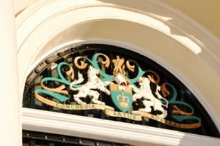 Zierrat im Türbogen am Seagrave House, Sitz des Royal College of Defence Studies in London