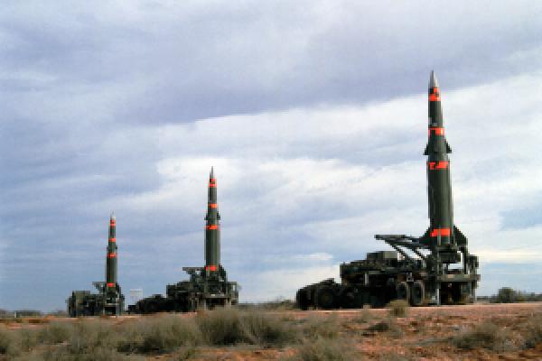 Drei Pershing II Raketen stehen auf einem Übungsgelände in den USA zum Abschuss bereit.
