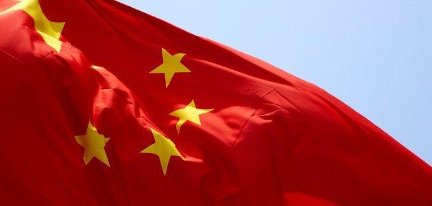 Flagge der Volksrepublik China, die im Wind weht.