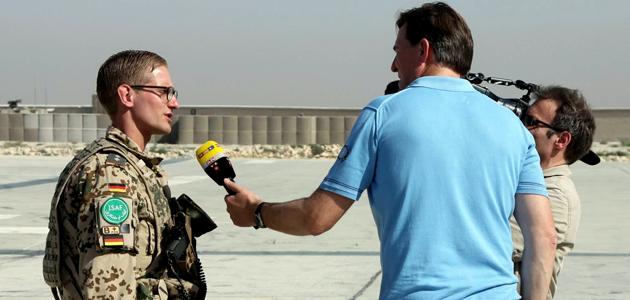 Soldat in einem Feldlager bei einem Fernsehinterview