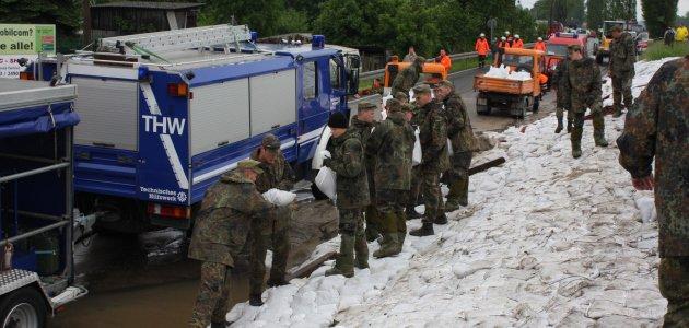 Gemeinsamer Einsatz von Bundeswehr und THW beim Hochwasser 2013 in Sachsen. Foto: Bundeswehr / Raymund Neu