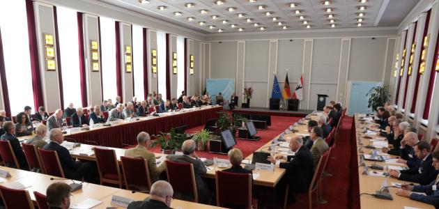 Der Tagungsraum ist mit zahlreichen Teilnehmern gut besucht.