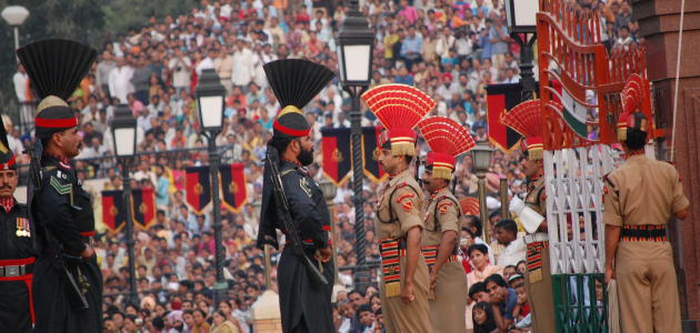 Das Bild zeigt pakistanische und indische Soldaten am Grenzübergang Wagah