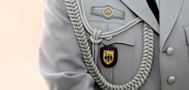 Nahaufnahme einer Offiziersuniform im Brustbereich auf der die so genannte Protokollkordel zu sehen ist.