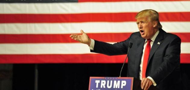 Das Bild zeigt Donald Trump an einem Rednerpult.